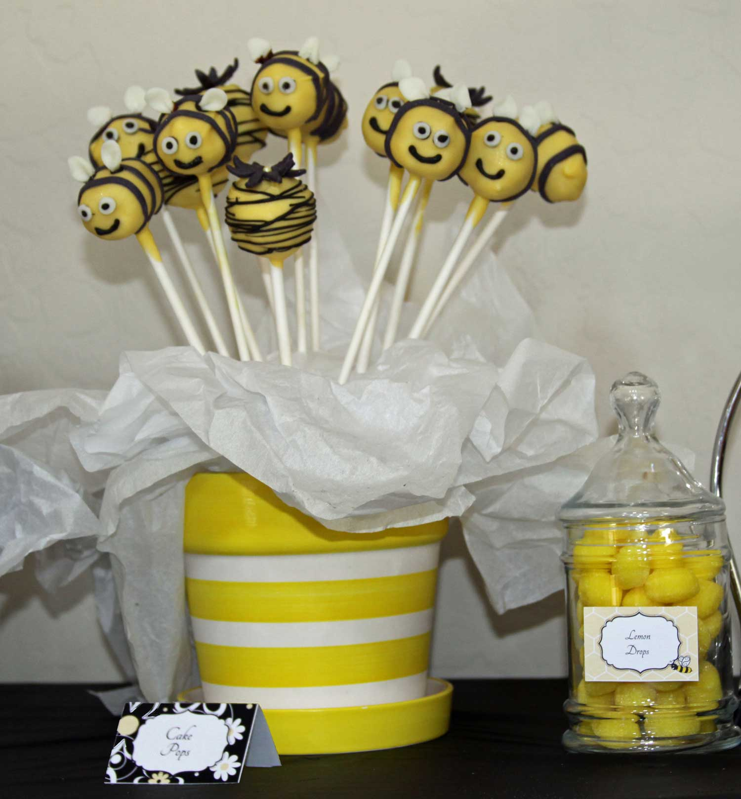 Cake pops shaped lke Bumble Bees